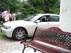 काले बाल वाली कार कपड़ों में जोड़ी