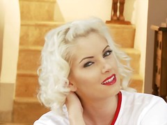 Bejba Blondinka Pornozvezde Solo V Uniformi