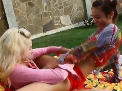בלונדיניות לסביות צעירות ציצים בחוץ