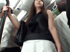 აზიელი გოგონა უცნაური შავგრემანი