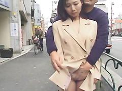 גמירה על הפנים אצבעות יפניות ציבורי מתחת לחצאית