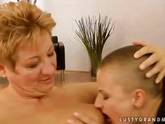 Баба Лезбејки Мајка Заведена Зрели За Секс