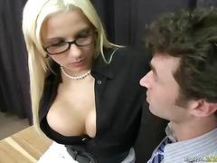 מאחורה חזה גדול בלונדיניות משקפיים במשרד