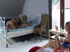 אנאלי יפות מיטה תחת גדול בלונדיניות