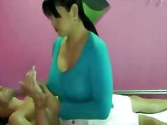 Asiàtiques Grans Mamelles Dona Vestida Home Despullat Palla Estirant