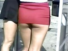 חזה גדול קרוב סינוור ציבורי מתחת לחצאית
