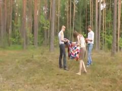 כוסיות קבוצתי בחוץ רוסיות צעירות