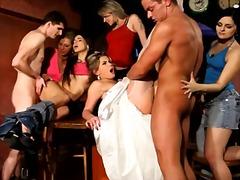 ढंकी महिला नंगा मर्द कपड़ों में