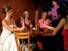 Riides naine vs alasti mees Riietega Grupikas Meessoost Paljas