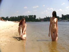 חובבניות חוף בחוץ ציבורי צעירות