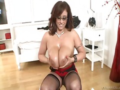 Spectacled mature eva notty gives titjob