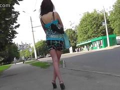 תחת ברונטיות חצאית צעירות