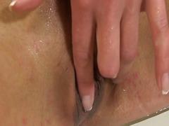 משתינות מקלחת משפריצות