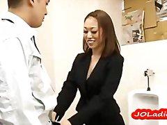 אסיאתיות יפניות במשרד שלושה משתתפים