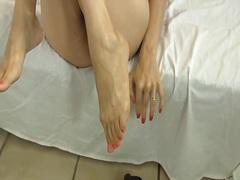 פטיש כפות רגליים עושים ביד