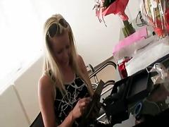Babe Blonde Mag-Isa