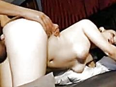 გოგონა ნაყვა ზევიდან კატაობა